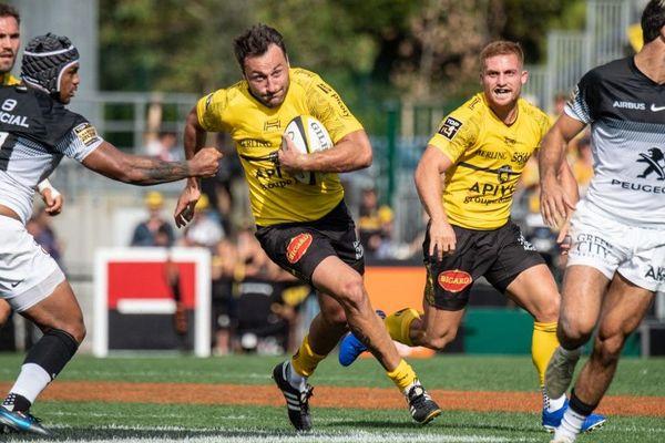 Le centre de La Rochelle, Jeremy Sinzelle, file avec le ballon sur la pelouse du stade Marcel Deflandre, à La Rochelle.