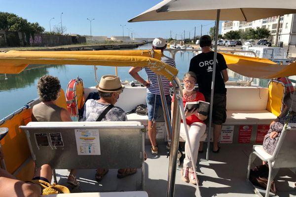 Une lecture sur le canal en bateau électrique avec une jauge limitée à 8 personnes pour compenser le nombre réduit de rencontres avec les auteurs pour cause de pandémie de coronavirus - 13/09/2020