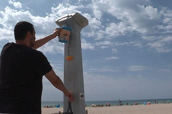 Sur les plages du littoral certaines personnes utilisent la douche parfois les douches à mauvais escient.