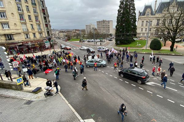 Ils étaient environ 250 au plus fort de la manifestation dans les rues de Limoges, le 12 décembre 2020.