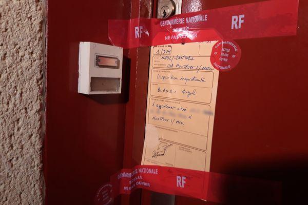 Scellé sur la porte d'entrée de l'appartement de Magali Blandin, à Montfort-sur-Meu