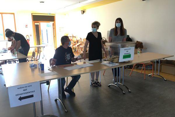 Second tour au bureau de vote de l'école Edouard Branly, canton de Strasbourg-4, dans la Collectivité européenne d'Alsace (CEA).