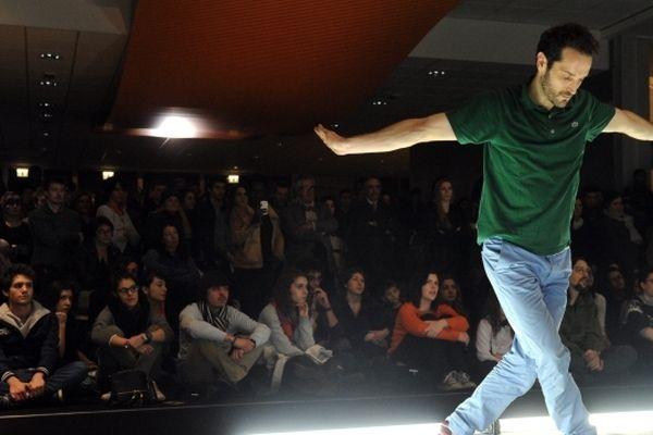 Pierre Rigal lors d'une représentation devant des étudiants à Toulouse