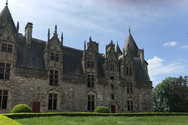 Les herbes sont hautes, le buis indiscipliné depuis le départ des jardiniers du Château de Josselin