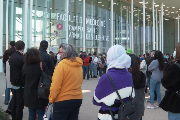 Une centaine d'étudiants en médecine et de parents d'élèves avaient manifesté devant la faculté de médecine contre les conséquences de la mise en place de la réforme des études de santé, en mars 2021.