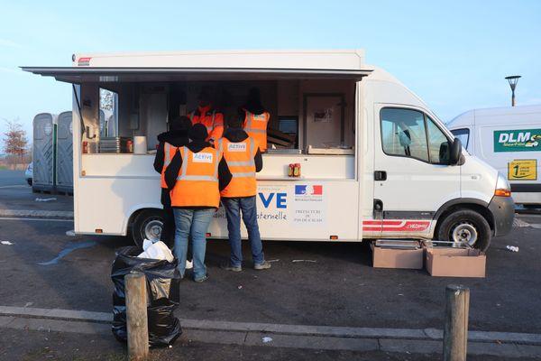 Selon la préfecture du Pas-de-Calais, au 1er juillet 2021, 58 678 repas ont été distribués par l'opérateur mandaté par l'Etat, La Vie Active, auprès des migrants de Calais.