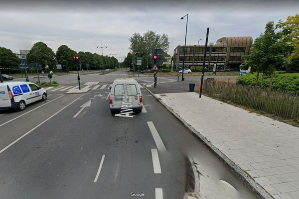 La cycliste et le poids lourd circulaient tous les deux sur l'avenue de Rochester en direction du boulevard d'Armorique à Rennes