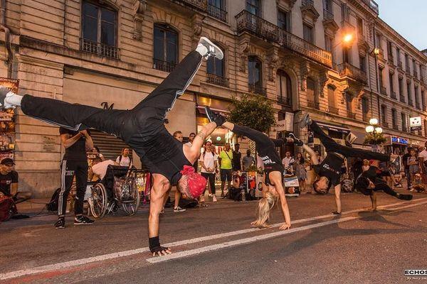 Représentation de rue par les Echos Liés
