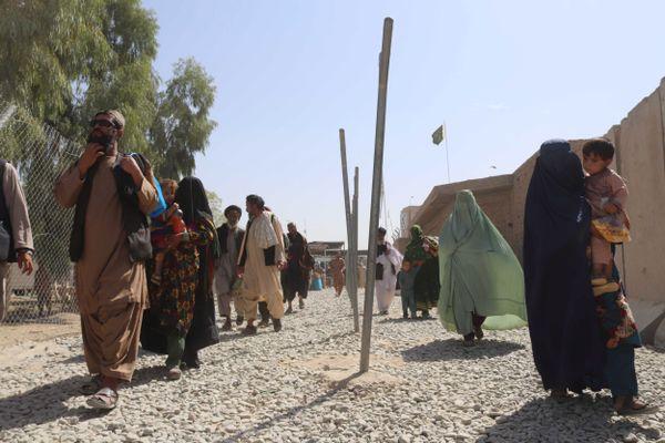 Des gens entrent en Afghanistan depuis le Pakistan, à Spin Boldak, Afghanistan, le 2 septembre 2021.