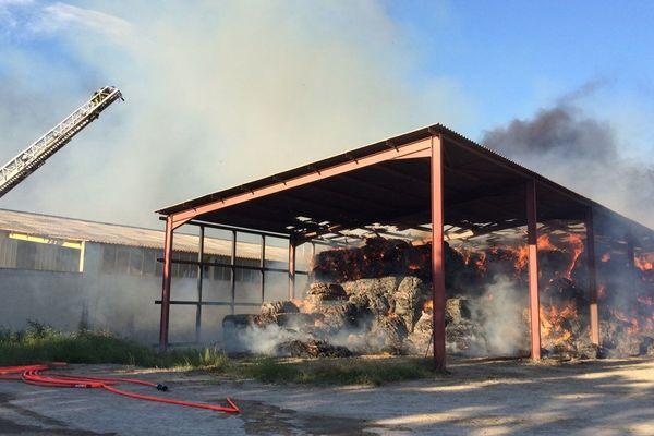 L'incendie a déjà détruit des tonnes de foin