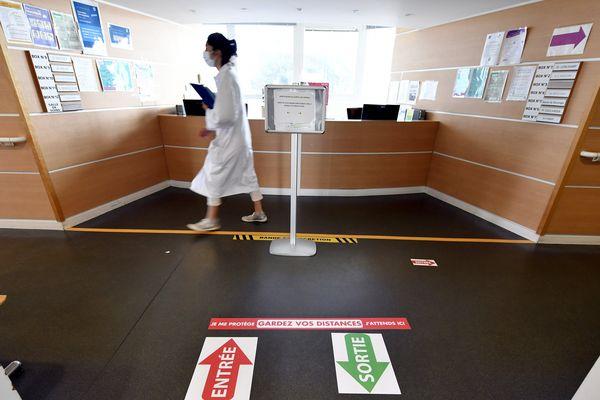 """La nouvelle signalétique de distanciation sociale dans l'enceinte de l'hôpital Central à Nancy, 20 mai 2020. (Autocollants au sol """"entrée"""" et """"sortie"""")"""