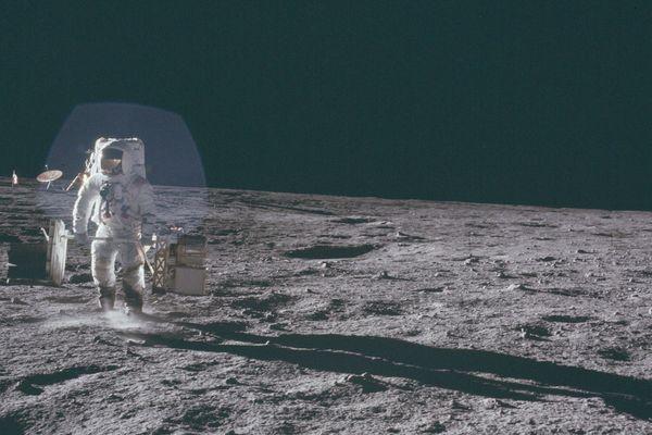 A Bean, sur la Lune, transporte du matériel scientifique.