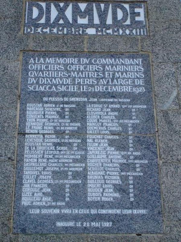 A l'avant, une inscription rappelant les noms de l'équipage et des passagers qui moururent à son bord en 1923.