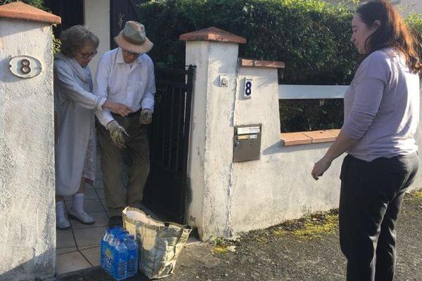 Une élue de L'Union porte les courses à un couple de personnes âgées confiné chez lui.