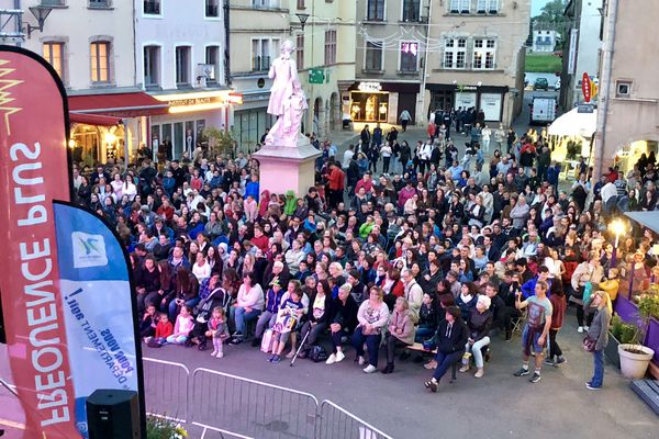 La foule devant l'écran géant installé à Tournus.