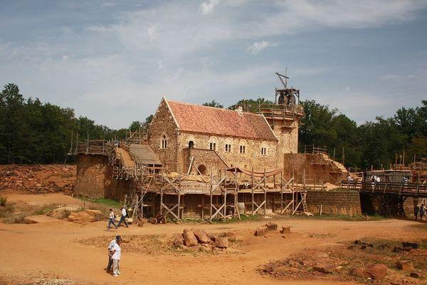 Le château fort de Guédelon, dans l'Yonne, le 20 août 2012