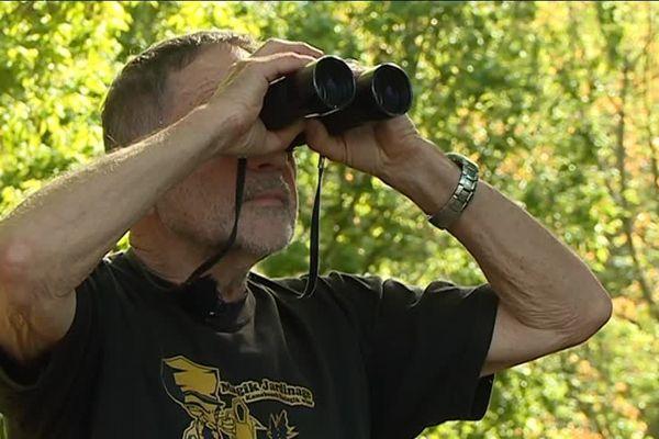 L'ornithologue Serge Fagette, en pleine observation