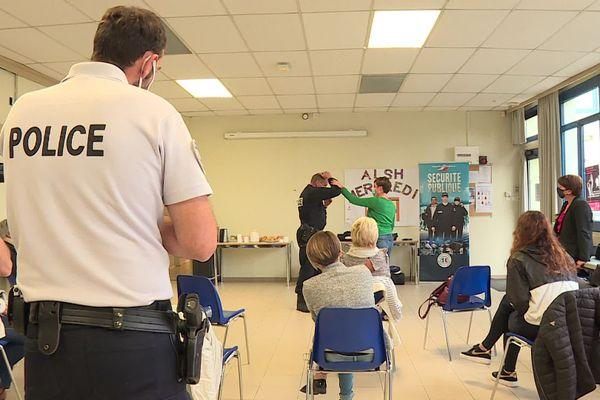 En plus d'ateliers pratiques, les policiers de Soissons en collaboration avec une juriste associative ont sensibilisé les femmes présentes sur les recours juridiques et les numéros d'urgence à disposition en cas de violence.