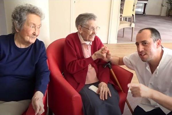 Image du clip, David avec les résidents d'un Ehpad.