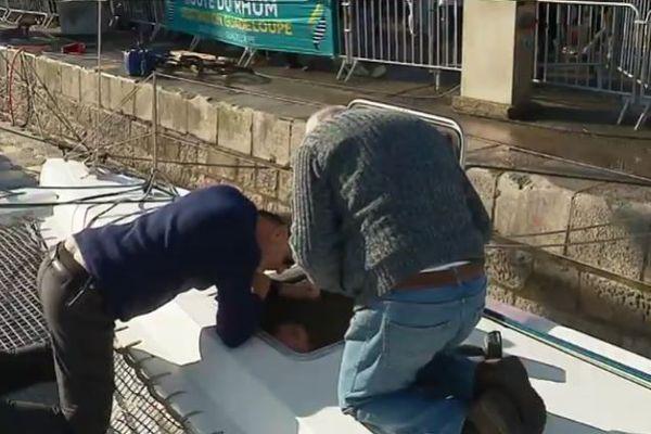 Le père et le cousin d'Eric Gamin aident le skipper amateur girondin aux derniers préparatifs avant le grand départ