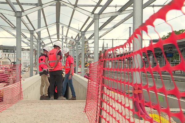 Chaque jour, 70 ouvriers travaillent sur le chantier de la gare de Dijon.