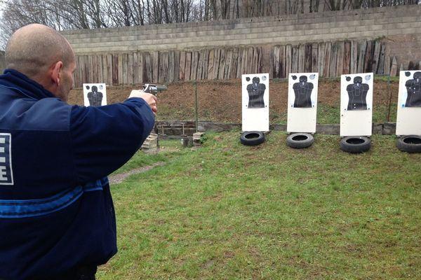Encadrés par un formateur, les policiers municipaux bénéficient de séances de tir pour apprendre à maîtriser leur arme.