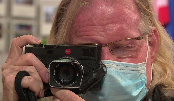 C'est armé de son petit appareil photo que, confiné malgré lui, Peter Turnley est parti dans les rues new-yorkaises pour capter les visages masqués des habitants.