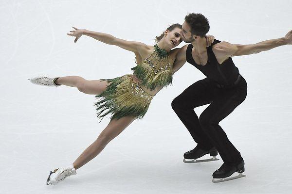 Gabriella Papadakis et Guillaume Cizeron se produisent lors du Ice Dance Short Dance au Grand Prix ISU de patinage artistique de la Coupe de Chine à Beijing le 3 novembre 2017.