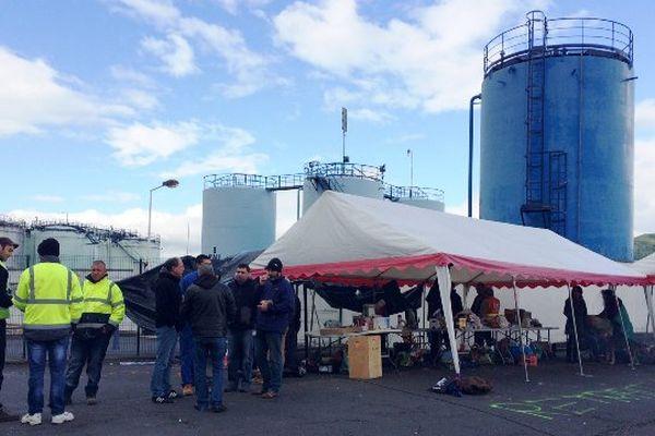 Jeudi matin, le dépôt de carburants de Cournon-d'Auvergne (Puy-de-Dôme) était toujours bloqué par une cinquantaine de personnes. Des militants de la CGT et de Nuit Debout se relaient sur place depuis 48 heures.