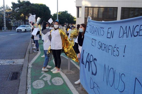 Les étudiants infirmiers protestant contre la suspension de leurs cours à Salon de Provence le 18/11/2020.