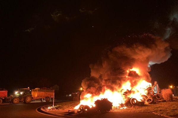Les agriculteurs réunis pour manifester à Aurillac ont allumé des feux de détresse à chaque entrée de la ville, le 9 mars dans la soirée.