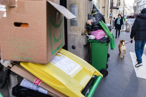 Les poubelles débordent dans certains arrondissements de Paris. Les salariés des incinérateurs de l'agglomération parisienne sont en grève contre la réforme des retraites.