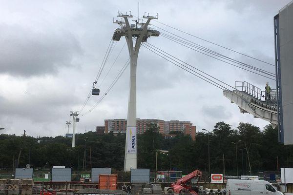 Les deux premières cabines du futur téléphérique urbain ont effectue leurs premiers essais ce vendredi 28 juillet à Toulouse, sous les nuages.