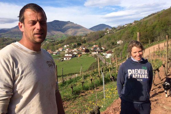 Elorri et Brice continuent à s'occuper de leurs 9,5 hectares de vignes, malgré les difficultés.