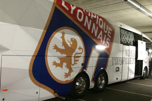 Le bus de l'Olympique Lyonnais a été caillassé (vitre avant en haut à droite) en arrivant vers le rond point du Prado (sur la photo il est garé sous le stade Vélodrome pendant le match)