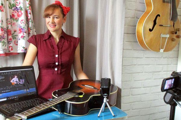 C'est chez elle,  à Pelousey, près de Besançon, que Sophie enregistre les vidéos à l'attention des Ehpad, avec l'aide de son mari, professeur de guitare.