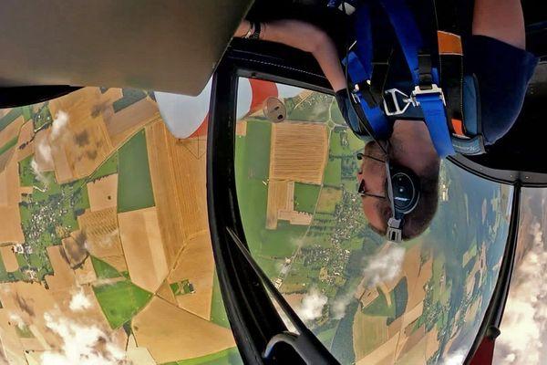 Août 2021 – Figure d'un avion de voltige piloté par Benjamin Gerovic au-dessus de l'aéro-club de Bernay (Eure)