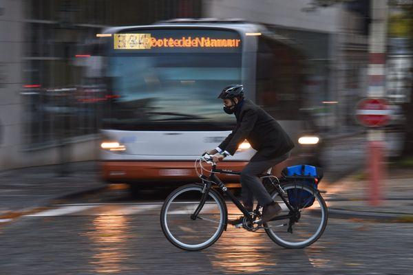 """Porter des protections ne suffit pas : ce qui est impératif, c'est """"se rendre visible quand la nuit tombe"""", selon l'association Vélo-Cité."""