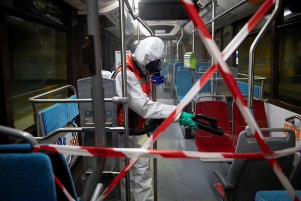 Un agent de la RATP désinfecte un métro à Ivry-sur-Seine (Val-de-Marne).