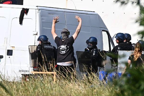 Lors de l'évacuation du site de la rave-party à Redon, le 19 juin. Elle avait rassemblé 1.500 raveurs et donné lieu à des affrontements avec les gendarmes