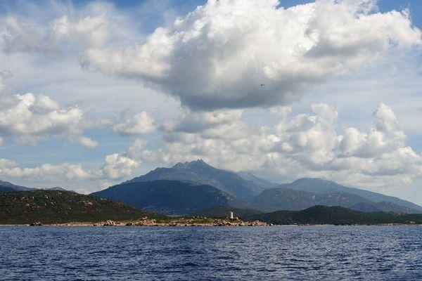 ILLUSTRATION - Nuages au-dessus de la tour génoise d'Olmeto et la côte environnante. A l'arrière-plan, la montagne de Cagna (Corse-du-Sud)