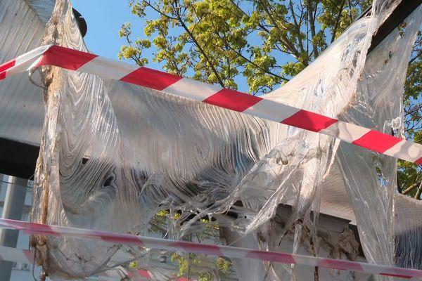Des dégradations visibles ce lundi matin sur un abribus, dont certains éléments ont fondu suite à l'incendie.