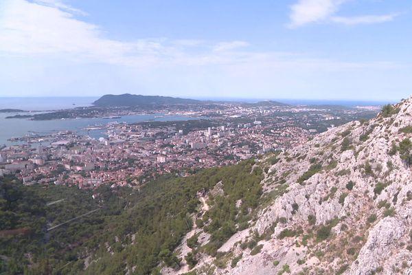 Vue de Toulon depuis une cabine du téléphérique du mont Faron.