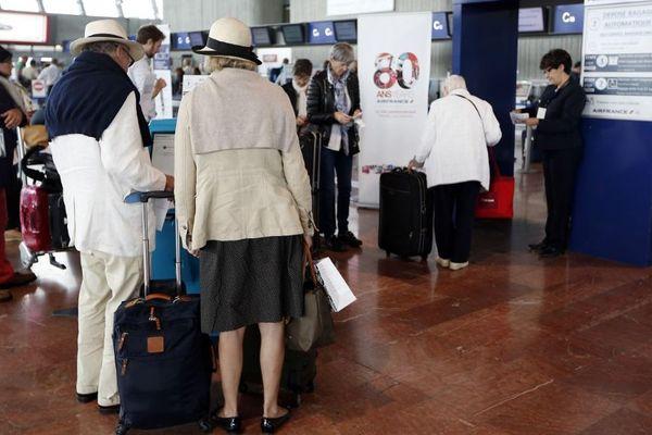 A l'aéroport de Nice, des agents d'information sont recrutés en renfort pendant la période estivale pour accompagner les voyageurs.