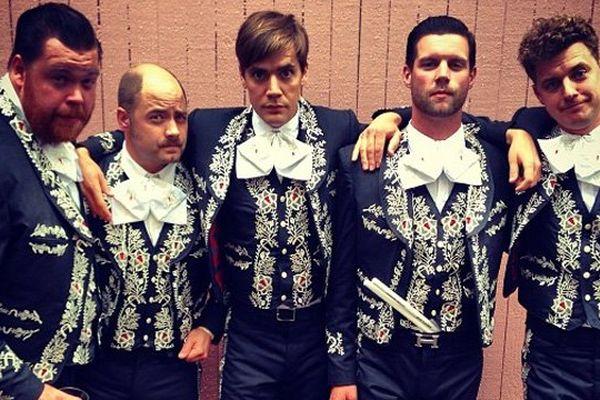 Les 5 membres du groupe The Hives