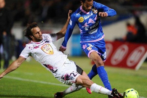 Marc Planus et Saber Khelifa durant le match Bordeaux-Evian au stade Chaban-Delmas.
