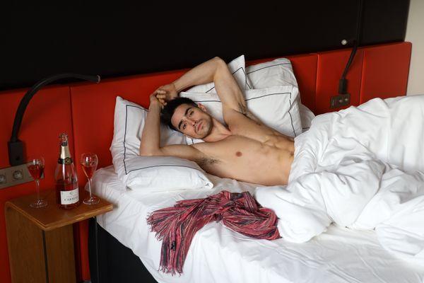 On le voulait sexy et c'est un choix volontaire; les séances shooting ont été réalisées par un photographe parisien dans un hôtel