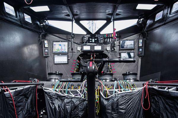 A bord de Hugo Boss, dans le cockpit fermé du bateau d'Alex Thomson