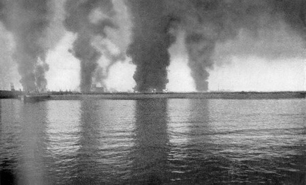 Les fumées noires des incendies de la raffinerie et des dépôts de carburants de Dunkerque en mai 1940.
