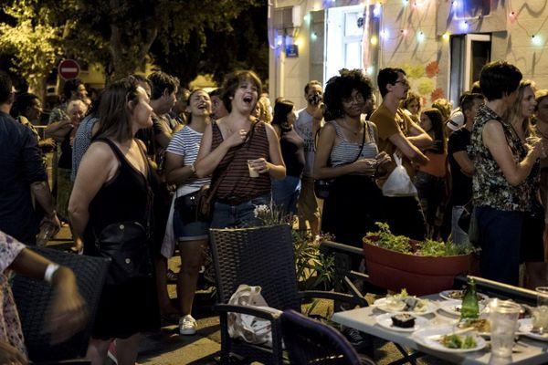 Un karaoké organisé parmi les habitants, dans la rue, devant l'Alhambra